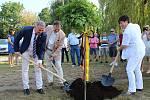 Čtvrt století partnerství stvrdili zástupci měst Berouna  Goslar výsadbou dubu na břehu Berounky.