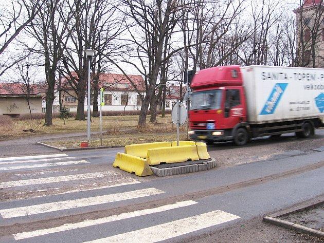 Nákladní vozy ničí silnici v Hostomicích