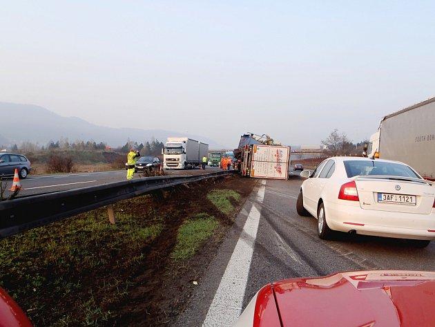 Na dálnici prorazil kamion svodidla