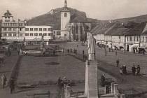 Třicátá léta dala vzniknout fotografii z pohledu berounské radnice. V pozadí je již vidět prodejna Baťa.