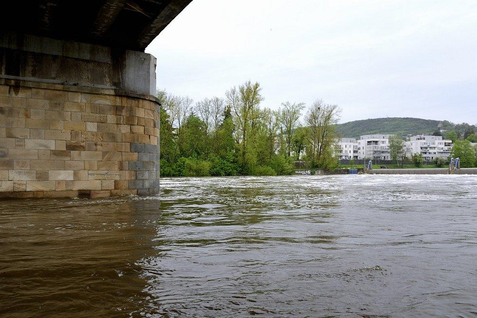 Hladina řeky dosahovala téměř 260 cm, tedy asi o jeden metr víc než je její průměr.