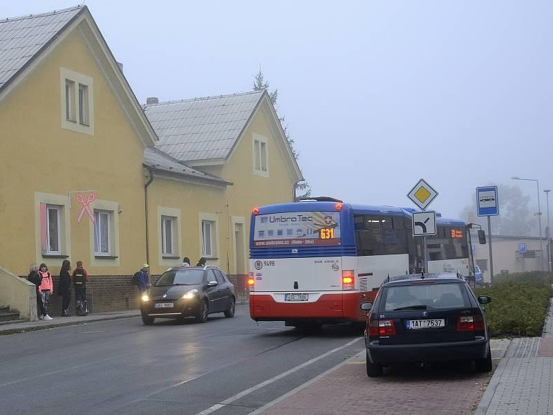 Na autobusové zastávce U Prefy v Hýskově.