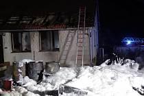 Požár přístřešku a střechy rodinného domu v Kleštěnicích.
