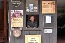 Petr Zemánek, správce a kastelán souhradí Žebráku a Točníku, v pokladně.