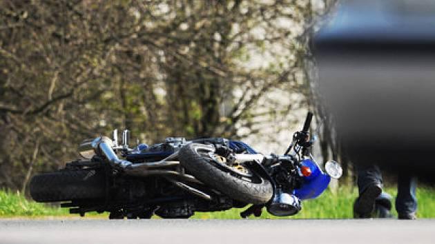 Motorkáři měli na Berounsku opět dvakrát smůlu. Jeden z nich bojuje o život.