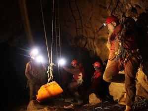 Cvičná záchrana v jeskyni prověřila i podzemní vysílačku