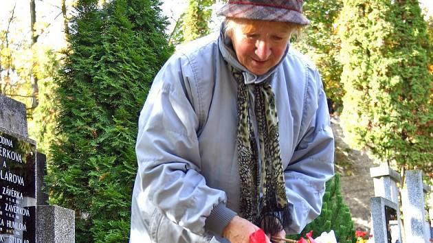 Svátky Dušiček jsou až za několik dní. Hroby na berounském hřbitově jsou plné pestrobarevných květin a věnců z přírodních materiálů už nyní. Spousta lidí  každoročně uctí památku zesnulých příbuzných v předstihu, tak jako Emilie Malá z Hudlic