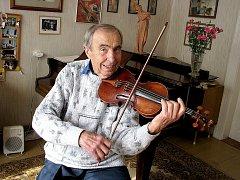 Hudba patří do života Františka Procházky stále, zasvěcuje do ní svá vnoučata.