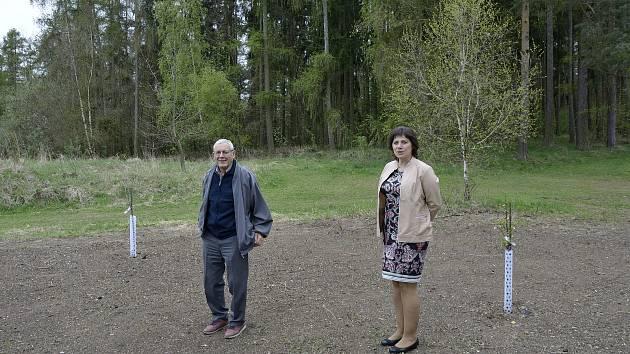 Starosta obce Zdeněk Mottl a zastupitelka a  pro kulturu, sport, sociální otázky a styk s veřejností Marie Ernestová.