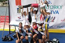 Berounská veslařka Tereza Šírerová (ve spodní řadě druhá zprava) si dojela na dorostenecké osmě pro zlatou medaili.