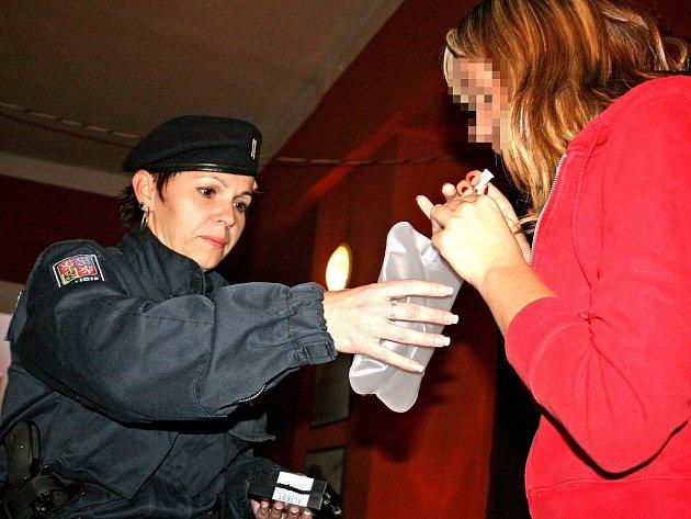 Při kontrole zaměřené na nalévání alkoholu mladistvým odhalili policisté několik hříšníků