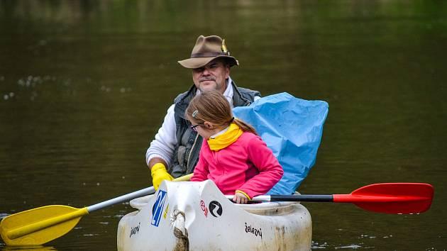 Fotografie z každoročního čištění břehů řeky Berounky