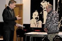 Při projednávání návrhu územního plánu města Hořovice odpovídal na dotazy občanů architekt Martin Jirkovský (vlevo)