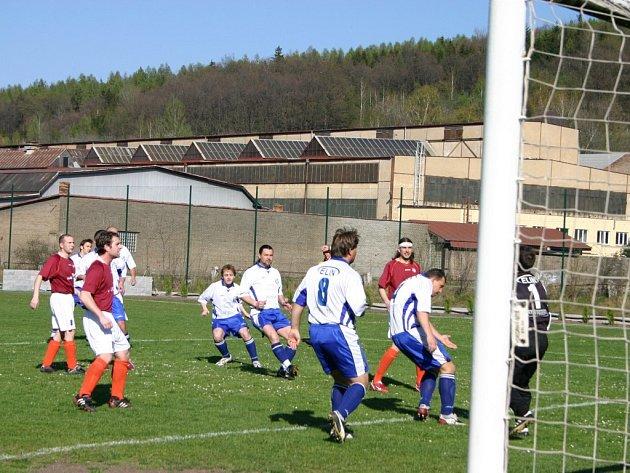 Fotbalisté Komárova se ve čtvrtém utkání jara dočkaly první výhry, když překvapivě zdolali Loděnici 2:0.