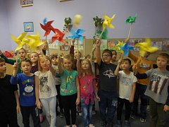 Školní družina vyráběla větrníky a podpořila tím nemocné děti.