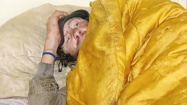 Bezdomovci si v berounském Hobexu libovali.