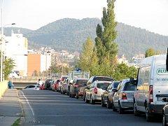 Při příjezdu do Berouna od Koněprus zbrzdila řidiče hodinová kolona
