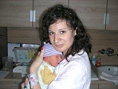 NOVOPEČENÁ maminka Lucie Pešková chová v náručí syna Petra Sklenáře, kterého přivedla na svět na Velikonoční pondělí, 17. dubna 2017. Chlapeček v ten den vážil 3,30 kg a měřil 47 cm. Tatínek Petr Sklenář si partnerku a syna odvezl domů do Štěnovic.