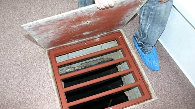 Přímo v budově školky se nachází nezabezpečená studna.