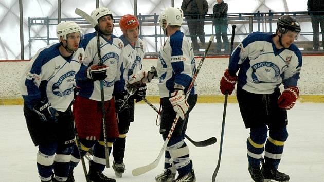 Hokejisté Žebráku se radují z dalšího gólu.