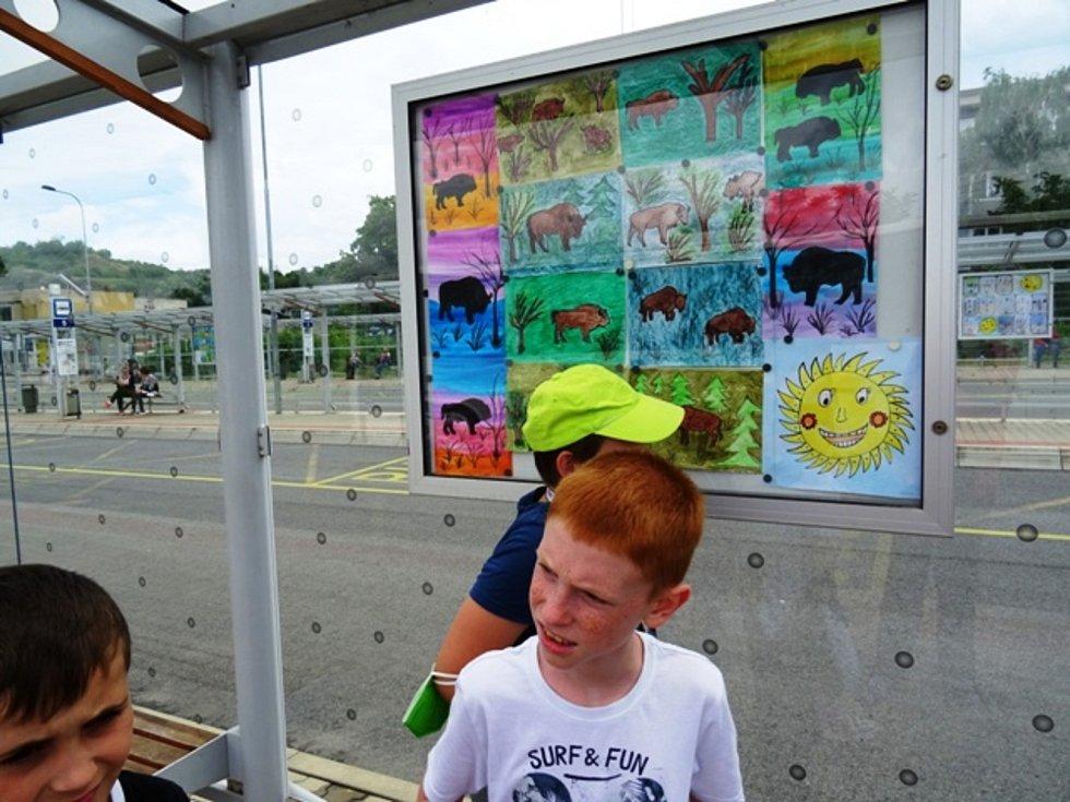 Děti si byly prohlédnout své výtvory v Galerii Zastávka.