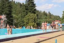 V aquaparku v Hořovicích a na koupališti ve Zdicích hledají v těchto dnech osvěžení každým dnem stovky lidí.