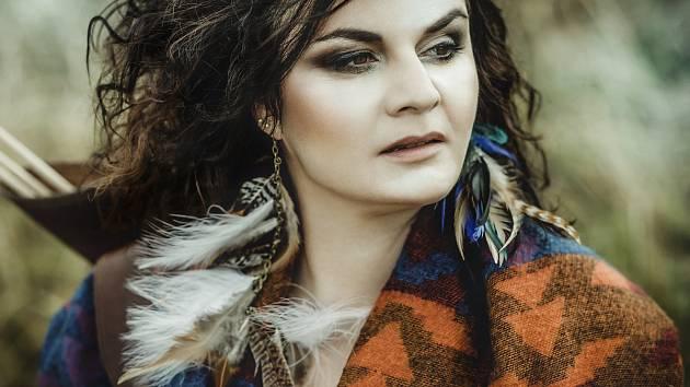 Radůza, zpěvačka, multiinstrumentalistka a autorka hudby i textů.