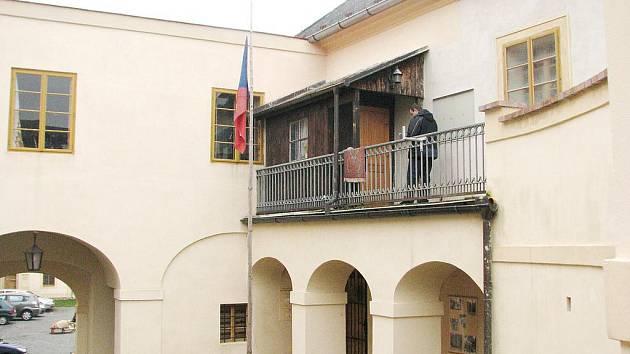 Byty na zámku obci zůstají
