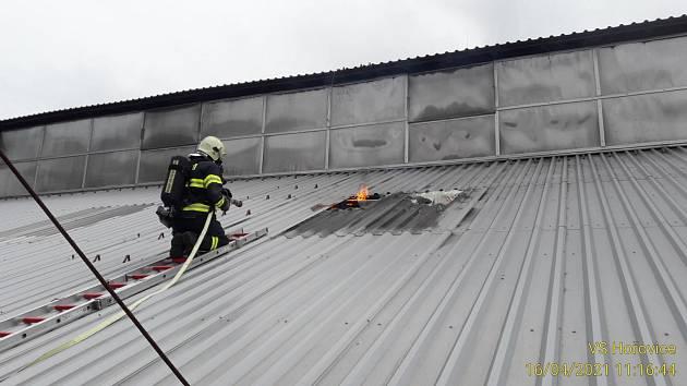 Požár haly v Komárově.