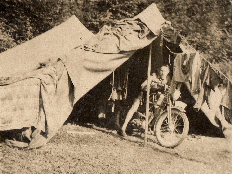 Junák Komárov (1945 - 1948). Skautský tábor u Podmokelského mlýna (1946): na fotografii Zdirad Mraček na bratrově motocyklu.
