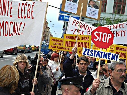 Záměr kraje prodat menší nemocnice  podpořili demonstrací  v Praze i někteří lidé.