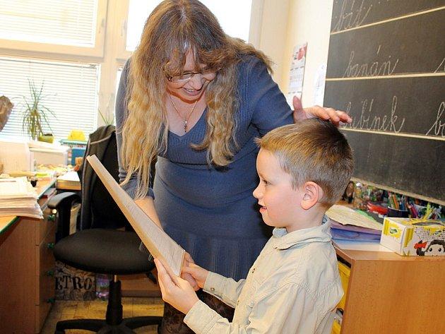 Školáci se těšili na svoje první vysvědčení.