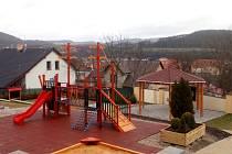 S pomocí dotace město nechalo u školky vybudovat moderní hřiště.