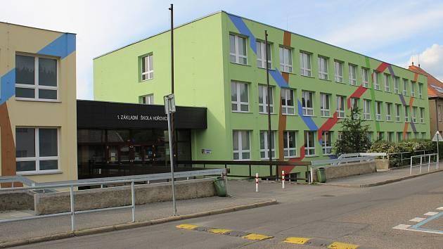 V budově 1. základní školy v Hořovicích i kolem ní bude rušno i o letních prázdninách.