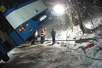Hasiči vyprošťovali autobus.