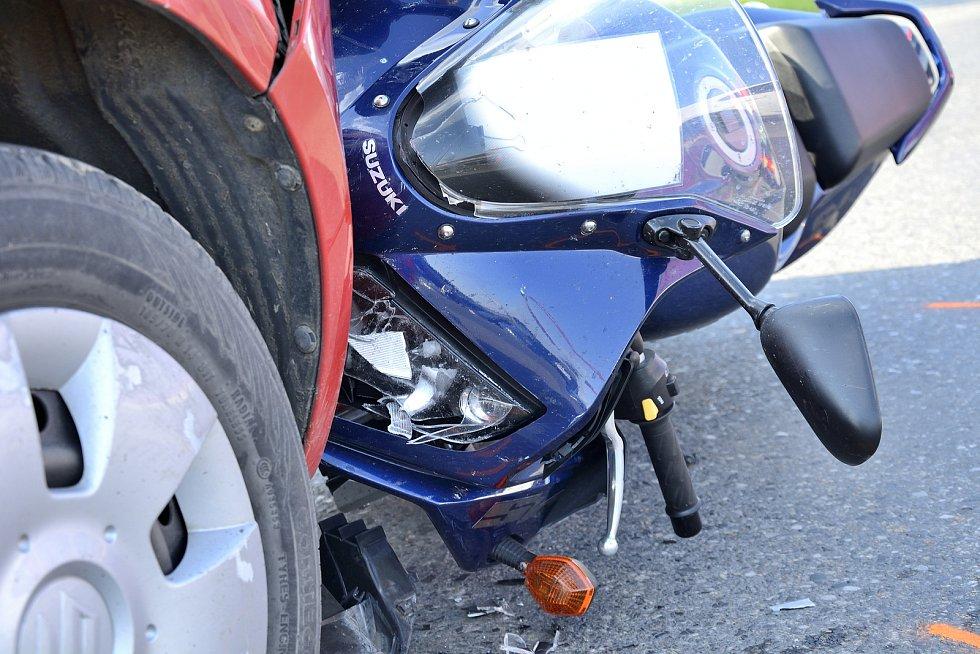 Dopravní nehoda v Plzeňské ulici v Berouně: srážka motocyklu Suzuki a osobního auta Suzuki Swift.