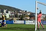 Fotbalisté Králova Dvora (v modrém) vyhráli středočeské derby.