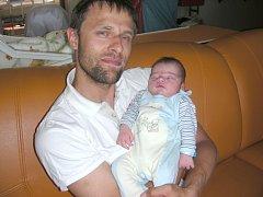 Pyšný tatínek Petr Papaj chová v náručí prvorozeného synka Štěpána, kterého přivedla na svět maminka Pavla v neděli 20. května. Štěpánek se mohl po porodu pochlubit krásnou váhou 4,33 kg a mírou 54 cm.