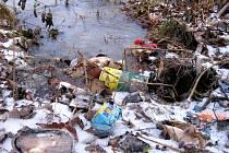 Z nezabezpečené skládky hrozí zamoření ovzduší, půdy a v tomto případě i vody škodlivými a jedovatými látkami
