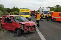 Nehoda osobního a nákladního auta na D5 u Hořovic.