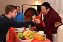 V Králově Dvoře Ergan Rinpočhe navštívil jógové vzdělávacím studiu Spirit Centrum, kde se sešel i se zástupcem Králova Dvora Jaroslavem Trachtou.