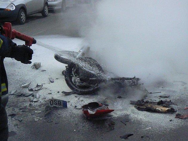 Motocykl začal po nehodě hořet.