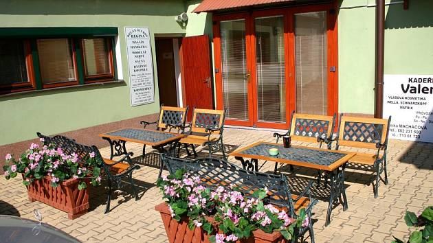 Klienti stacionáře mohou využít přijemného venkovního sezení.