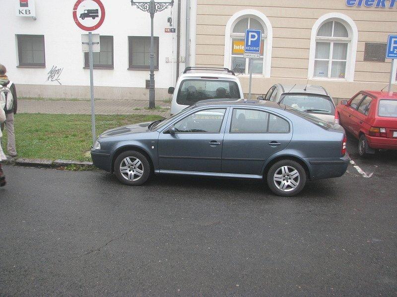 Auta parkují na místech, kde je to i nyní zakázané.
