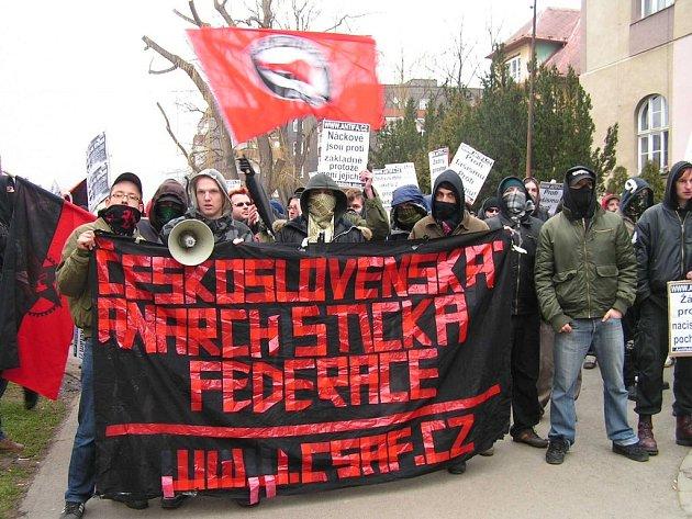 V ulicích Berouna se střetli antifašisté s nacionalisty. Ve městě létaly klacky i ovoce. Při pouličních bojích muselo zasáhnout více než sto policistů