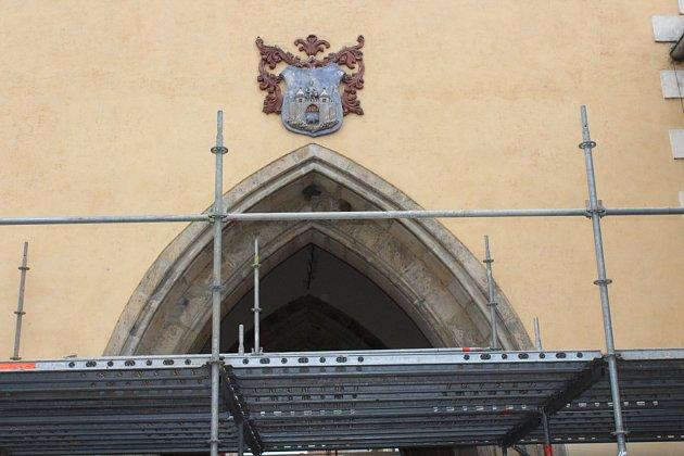 Kvůli bezpečnosti chodců je kolem brány postaveno lešení.