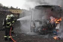 Hasiči z Berounska procvičovali likvidaci požáru autobusu
