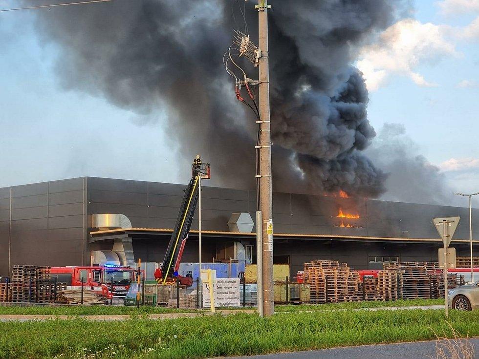 Z požáru lakovny v Hořovicích 23. července 2021.