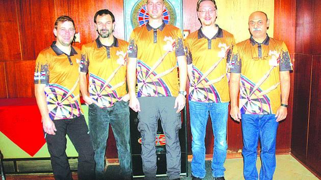 Na snímku jsou Petr Malý, Martin Olšiak, Štefan Šamko, Richard Dvořáček, Ondřej Dvořáček, chybí Roman Lukáč, Hanka Matějková, Vladan Entlich.