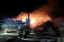 Z nočního požáru stodoly v Malých Přílepech.